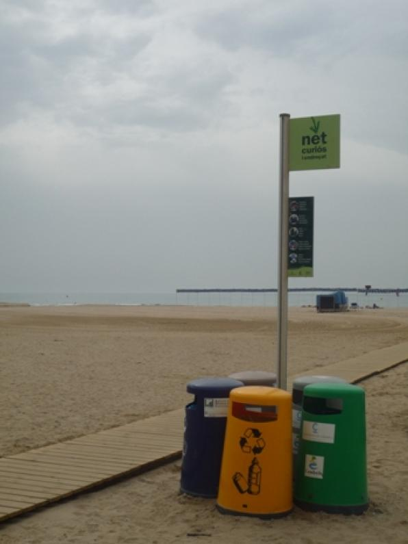 Cambrils explained bathers the importance of blue flags on the beaches